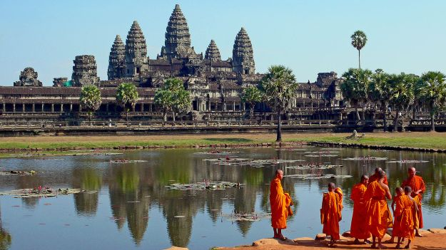 1280px-Buddhist_monks_in_front_of_the_Angkor_Wat